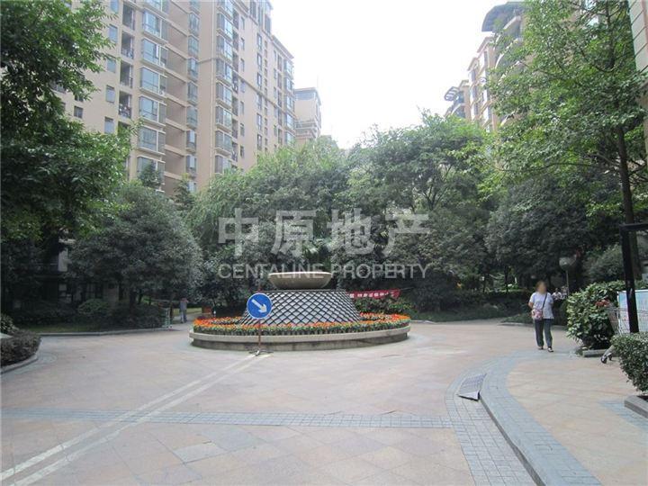 此房为小区中庭位置,高楼层,视野好。 此房为上海花园里面积108平的套二户型,主卧和客卧都是一样大的面积,有客厅和餐厅,采光充足,安静度高。 上海花园海纳国际精英,再现上海百年风华。 4栋纯正板式造型小高层,每户单位程度地享受阳光的沐浴。建筑正南而建,自然风南北贯穿,户内空气新鲜,健康生活由此开始。两梯三户,在成都,这样的尊崇手笔是相当罕见的。 南北朝向,双面取景,户户景观阳台,神仙树公园与体育公园双园环抱,从容坐拥繁华中的静谧,社区内四大主题景观,营造豪景花园,双层中空玻璃,现代化建筑设计,节能、健康、